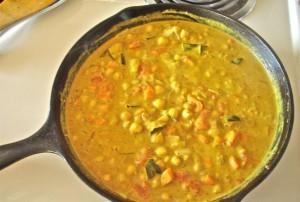 wegetarianskie danie curry z ciecierzyca i mlekiem kokosowym