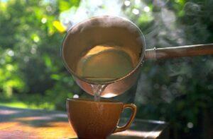 Zalety picia ciepłej wody rano