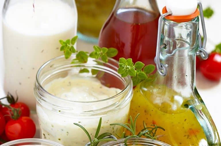 Idealny sos do sałatki to świeżość i prostota. Kilka łatwych przepisów