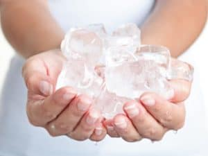 kostki lodu masaż