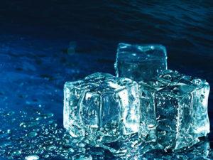 przy pomocy kostki lodu
