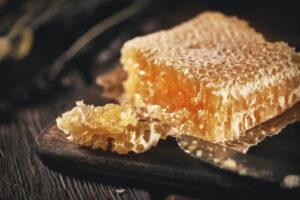 Żucie plastra miodu - na katar sienny, alergie, zatoki, zęby
