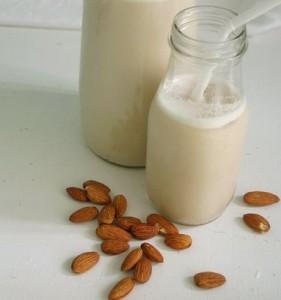 12 przepisów na mleko roślinne mleko migdałowe