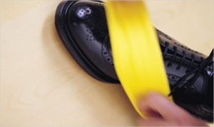 skorka banana poleruje obuwie