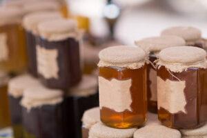 Miód - rodzaje, cechy i zastosowania. Jak rozpoznać dobry miód?