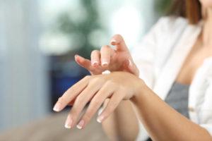Sucha skóra - jak rozpoznać przyczyny i zapewnić nawilżenie